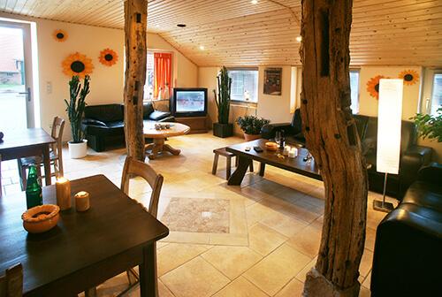 Wohnraum mit alten Holzbalken
